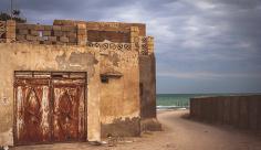 عکس خانه قدیمی و دریا