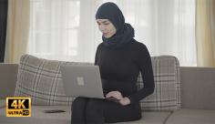 فوتیج ویدیویی زن با حجاب و موبایل