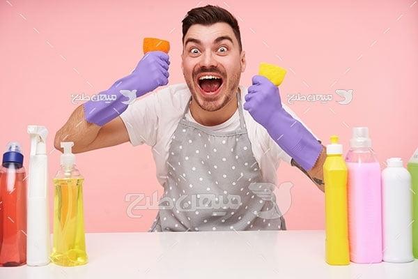عکس مرد خشمگین در حال نظافت