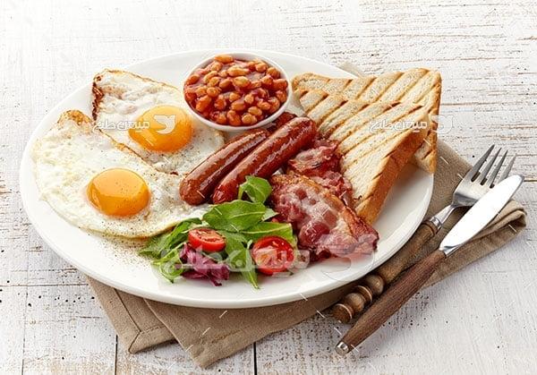 عکس صبحانه نیمرو و سوسیس لوبیا