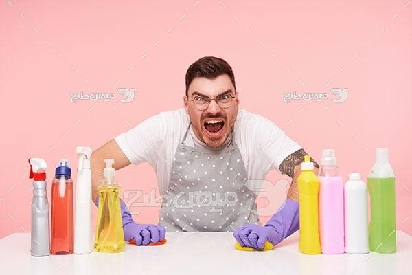 عکس مرد عصبانی از شستن و نظافت