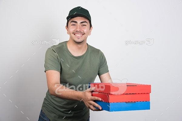 عکس مرد جوان پیتزا بدست