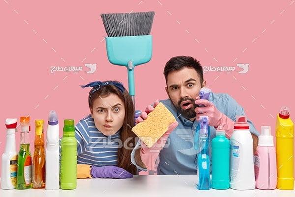 عکس مرد و زن در حال نظافت و شستشو