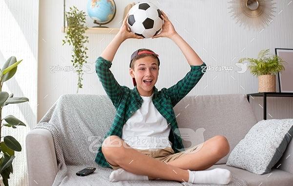 عکس تماشای فوتبال در خانه
