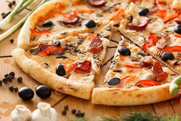 عکس تبلیغاتی غذاپیتزای گوشت و سبزیجات