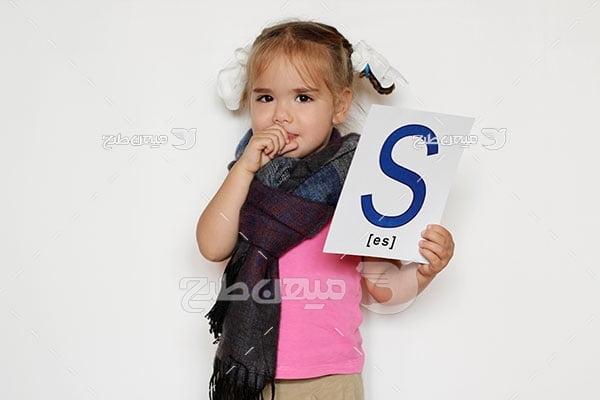 عکس کودک در حال آموزش زبان