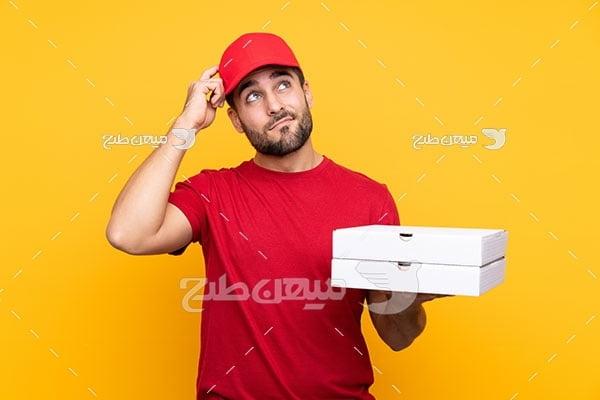 عکس مرد جوان پیتزا فروش