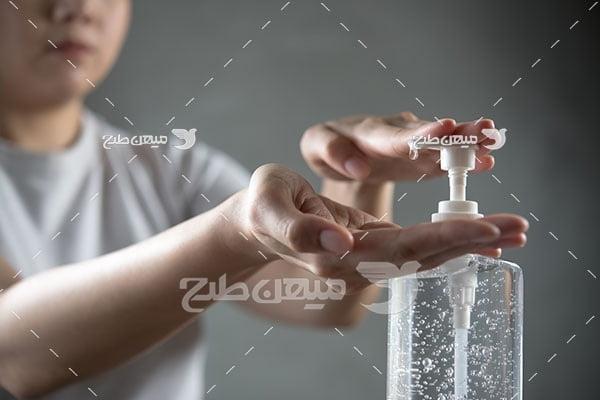 عکس استفاده از ژل ضدعفونی