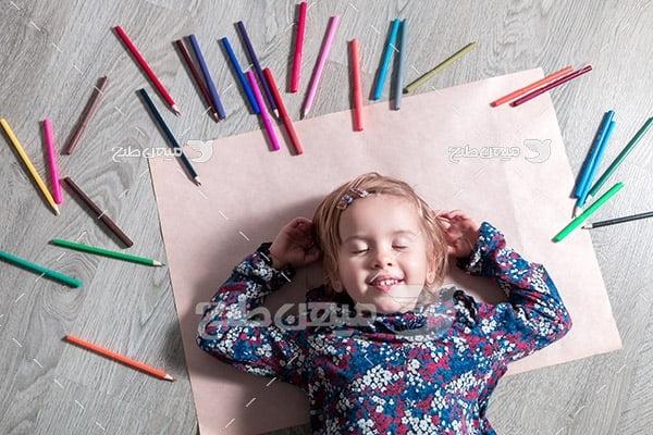 عکس بچه و مداد رنگی