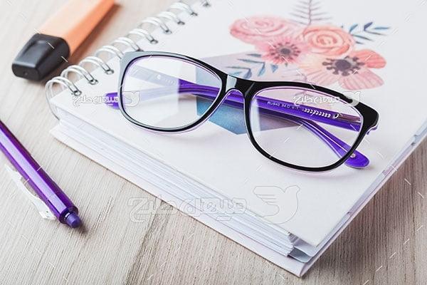 عکس عینک طبی فرم مشکی دسته بنفش