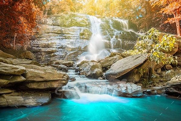 عکس تبلیغاتی طبیعت آبشار در پاییز
