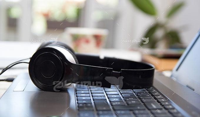 عکس تبلیغاتی موزیک گوش کردن