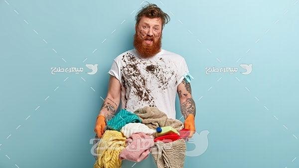 عکس مرد نارحت از شستن لباس
