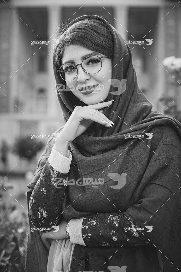عکس چهره سیاه سفید دختر ایرانی