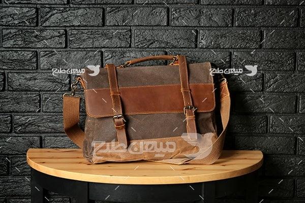 عکس تبلیغاتی مد کیف چرم قهوه ای