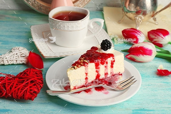 عکس کیک توت فرنگی و فنجان چای
