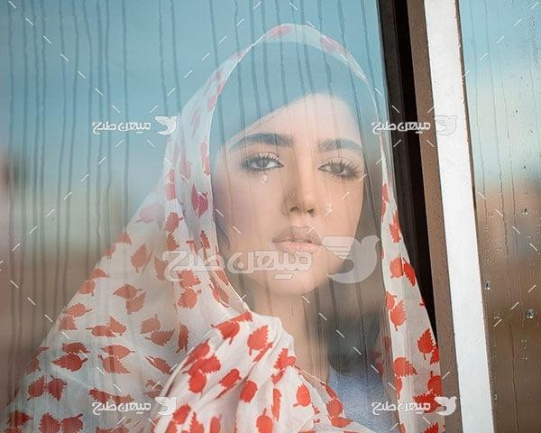 عکس نگرانی در چهره دختر ایرانی