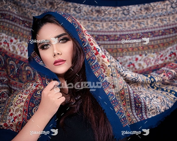 عکس پارچه سنتی در حجاب زن