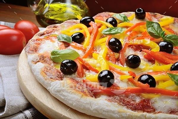 تصویر با کیفیت از پیتزا و زیتون سیاه