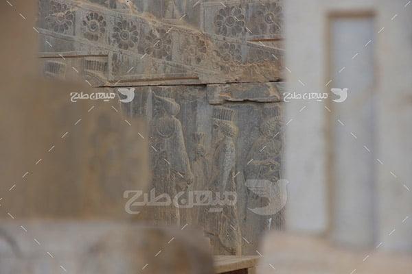 عکس سنگ نگاره مهمانان در تخت جمشید