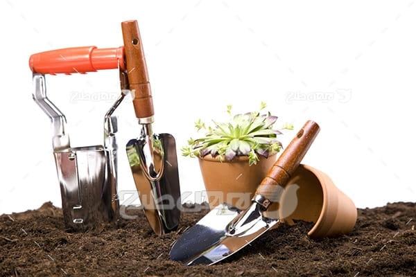 عکس گلدان،کفش و لوازم کشاورزی و خاک