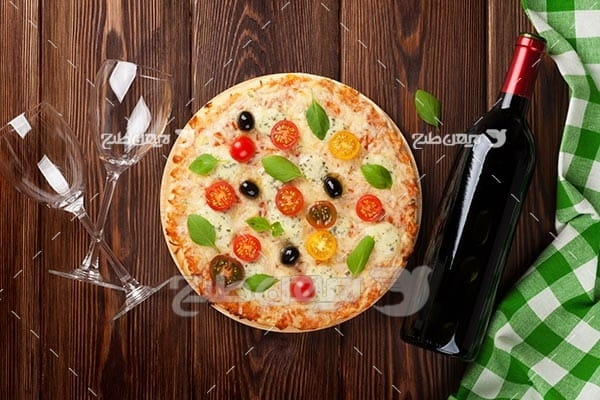 تصویر با کیفیت از پیتزا و  و گوجه فرنگی