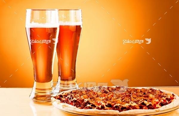 تصویر با کیفیت از پیتزا و نوشیدنی