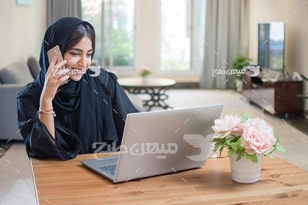 عکس تبلیغاتی خانم با حجاب و صحبت کردن با موبایل