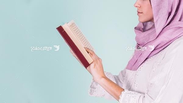 تصویر با کیفیت از زن مسلمان و قرآن