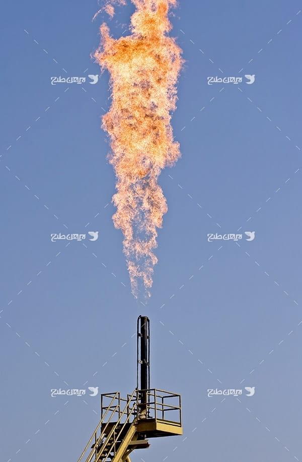 تصویر صنعتی از فلر و آتش در پتروشیمی