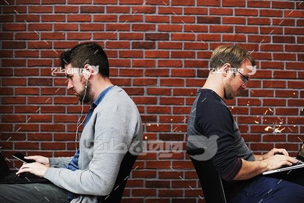 عکس تبلیغاتی تلفن همراه و لب تاب و انسان