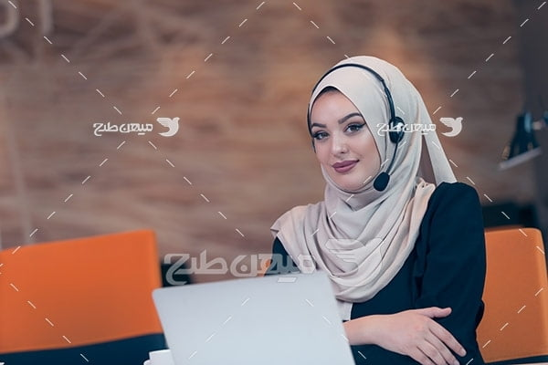 عکس تبلیغاتی خانم با حجاب و پشتیبانی