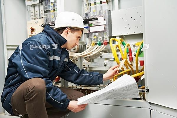 تصویر صنعتی از مهندس انتقال برق