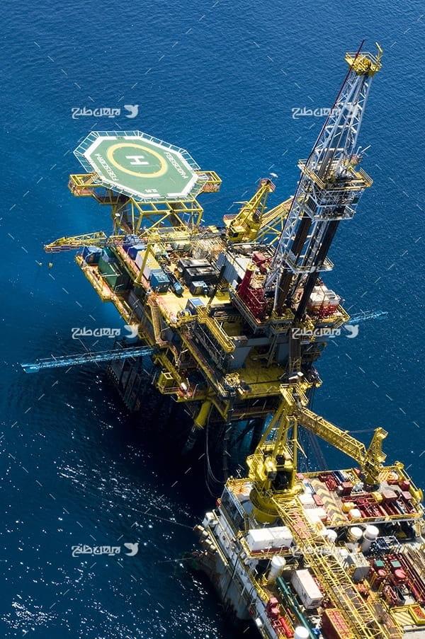تصویر صنعتی هوایی از دکل نفت و گاز در دریا