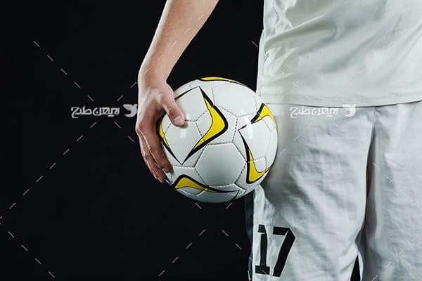 تصویر با کیفیت فوتبالیست و توپ فوتبال