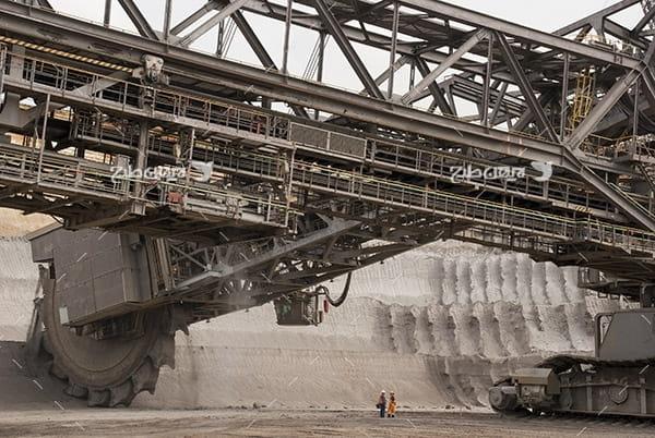 تصویر صنعتی از دستگاه غول آسا برای خرد کردن کوه و تخریب