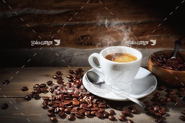 عکس نسکافه در فنجان سفید و دانه های قهوه