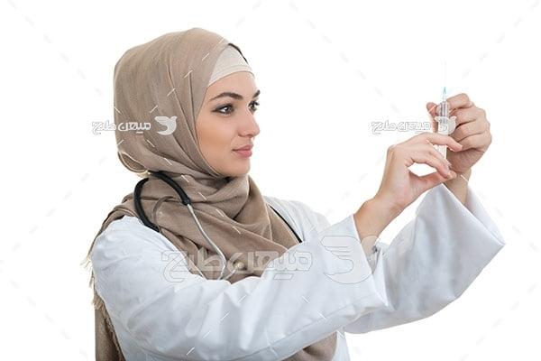 عکس تبلیغاتی پزشک خانم و آمپول