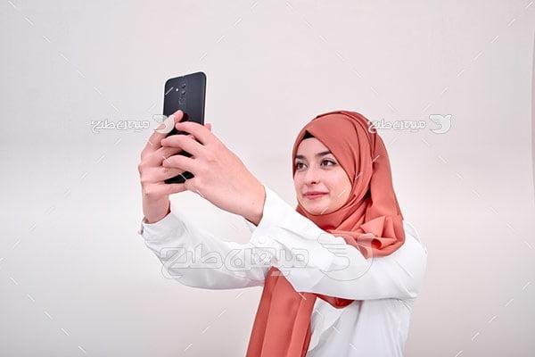 عکس تبلیغاتی خانم با حجاب و سلفی با موبایل