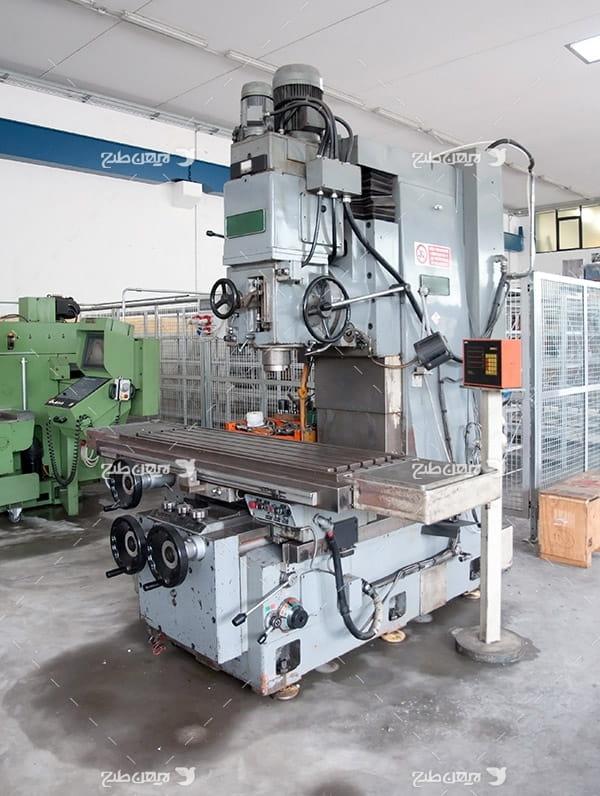 تصویر صنعتی از دستگاه پرس آهن در کارخانه