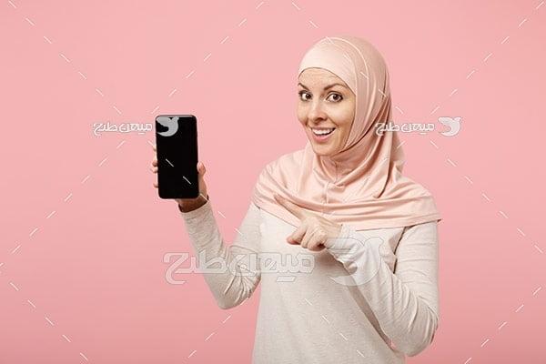 عکس زن با حجاب و موبایل