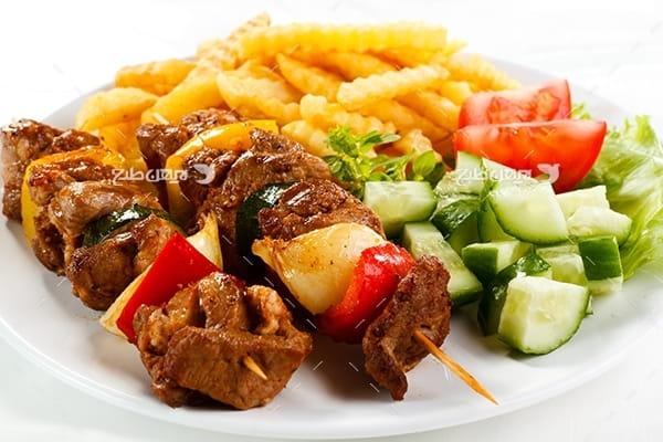 تصویر غذای گوشت کباب، سیب زمینی و سالاد