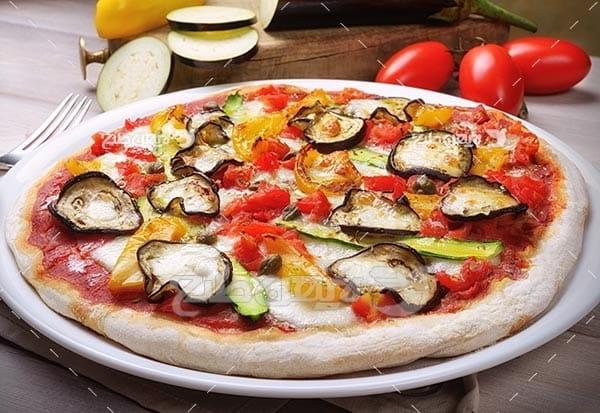 تصویر با کیفیت از پیتزا و گوجه