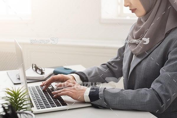 عکس تبلیغاتی خانم با حجاب و تایپ با لپ تاپ