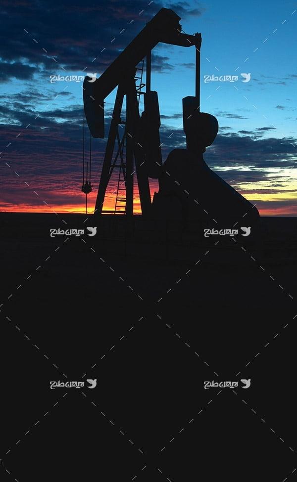 تصویر صنعتی ضد نور از چاه برداشت نفت