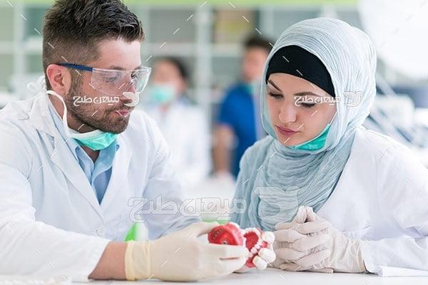 عکس دندانپزشک خانم با حجاب و دندانپزشک مرد