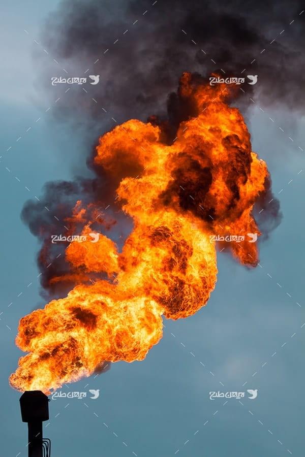 تصویر صنعتی از فلر پتروشیمی و آتش و گاز