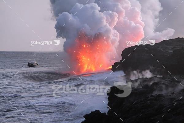 تصویر کوه آتشفشان و مواد مذاب