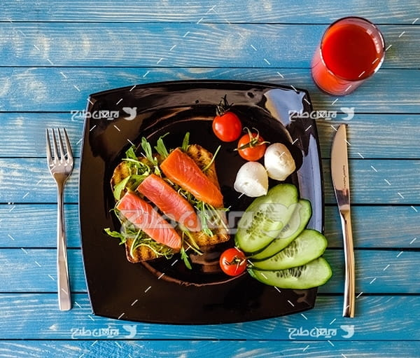 ساندویچ گوشت ماهی،خیار سبز ، گوجه فرنگی