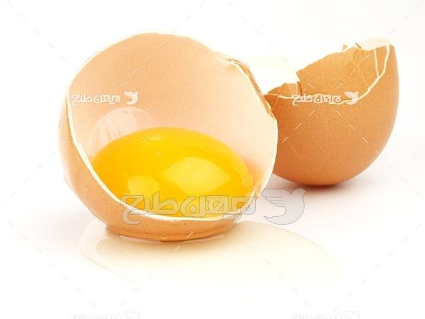 تصویر تخم مرغ شکسته شده و زرده